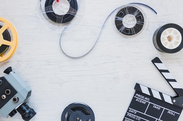 テーブル上のフィルムストックとクリッパー 無料写真