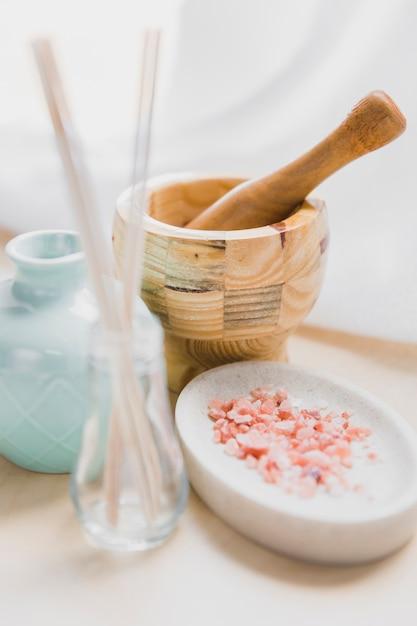 乳鉢と乳棒に近いアロマ塩 無料写真