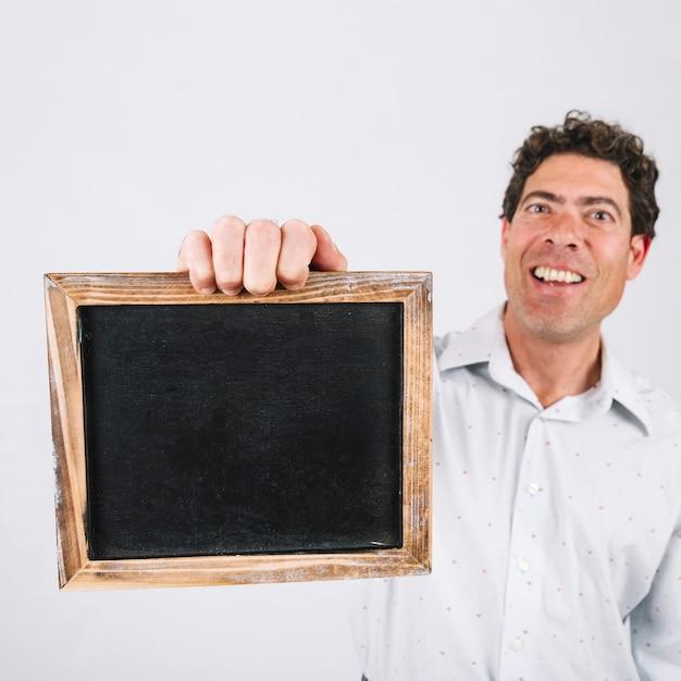 Улыбающийся человек, представляющий шифер Бесплатные Фотографии