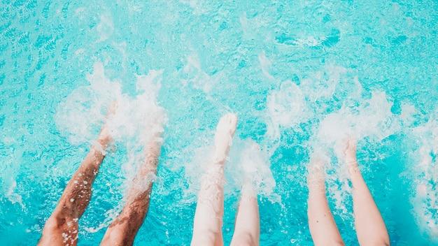 プール内の脚の上面図 無料写真