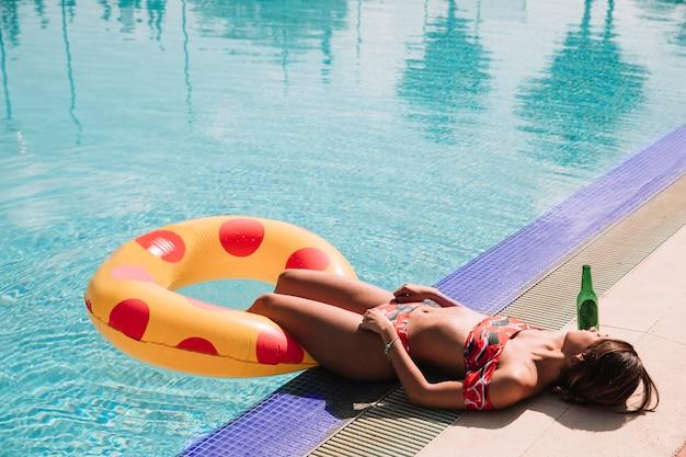 プールの隣でリラックスした女性 無料写真