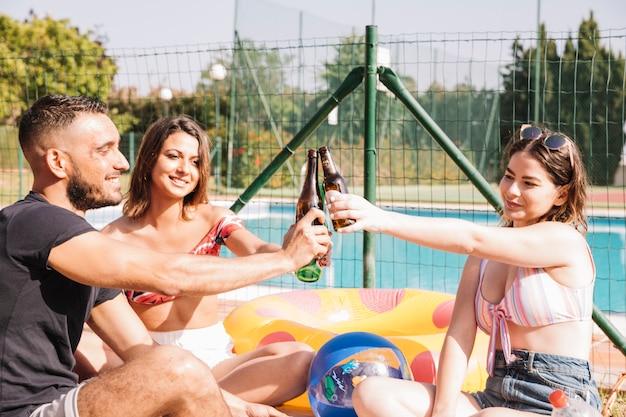 プールの隣にある友情と夏のコンセプト 無料写真