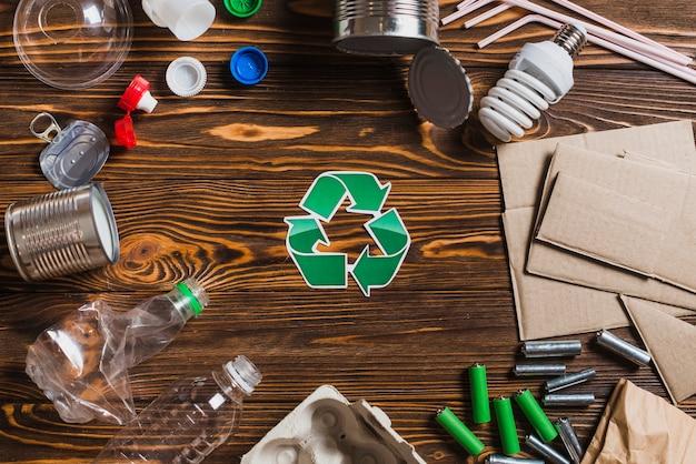 茶色の木のテクスチャの背景にアイテムをリサイクル 無料写真