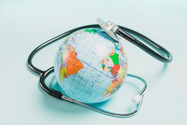 青い背景で世界中の聴診器 無料写真