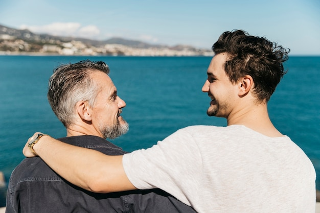 Концепция отца с отцом и сыном перед морем Бесплатные Фотографии