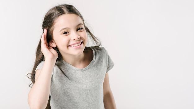 聴覚サインを示すスタジオのかわいい女の子 無料写真
