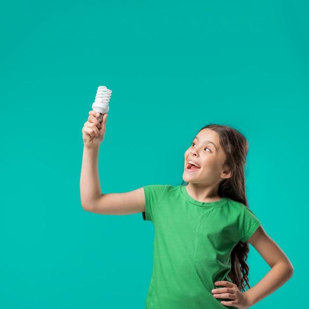 スタジオのランプで立っている甘い女の子 無料写真
