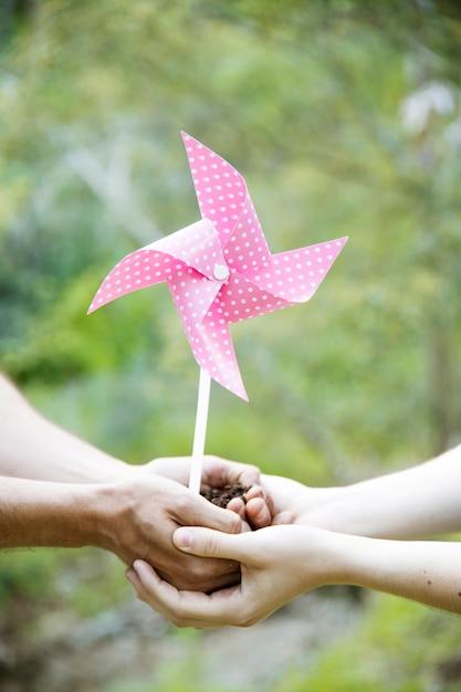 土と紙の風車で作物を手作りする 無料写真