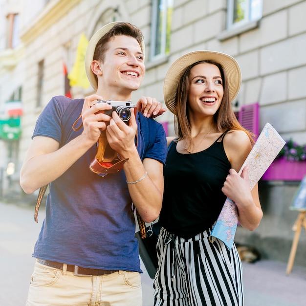 Улыбающаяся пара в отпуске Бесплатные Фотографии