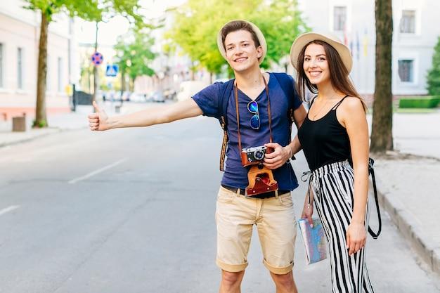 Пара в отпуске, ожидающая такси Бесплатные Фотографии