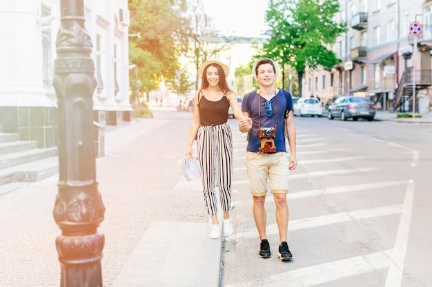 Молодая пара в отпуске в городе Бесплатные Фотографии