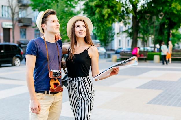 Туристическая пара в городе Бесплатные Фотографии
