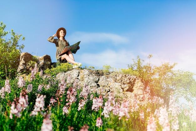 Турист в холмистой местности Бесплатные Фотографии