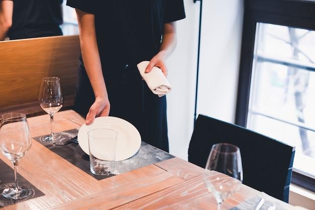 Облицовочная официантка на столе Бесплатные Фотографии