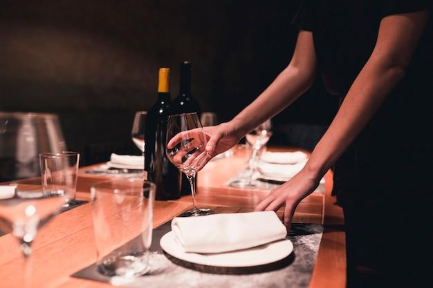 Ограждение официантки, устраивающее очки на столе Бесплатные Фотографии