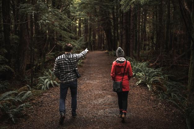 Человек, указывая на расстояние для женщины Бесплатные Фотографии