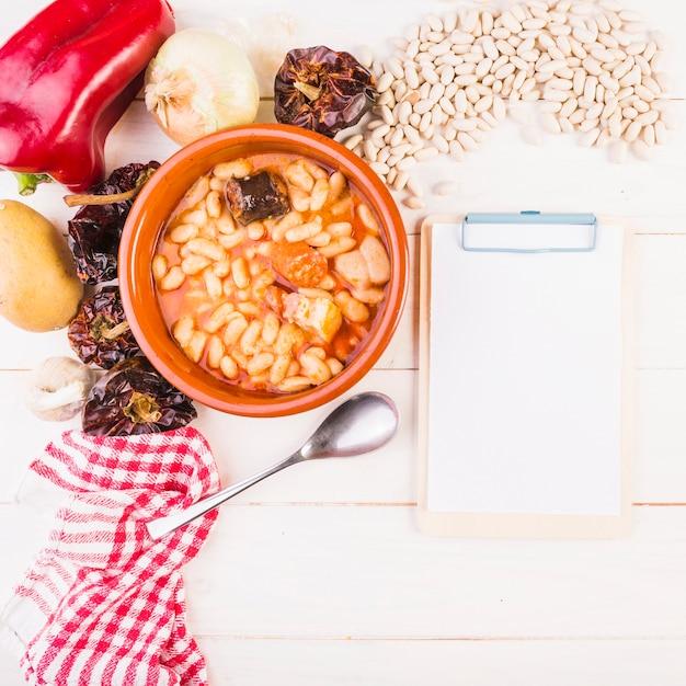 食料雑貨とクリップボード付きの豆腐 無料写真