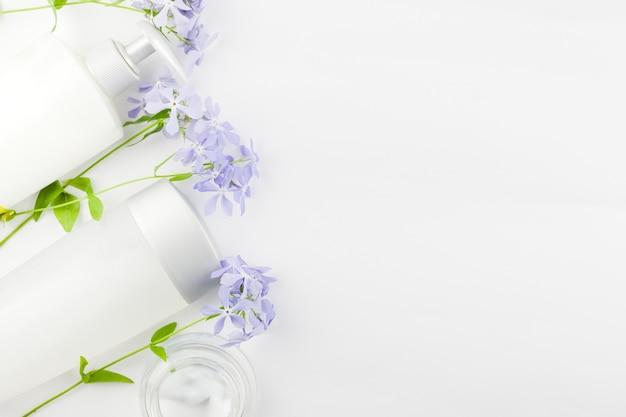 化粧品と花のパステルの組成 無料写真