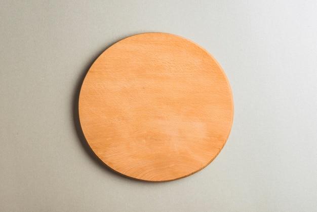 灰色の背景に木製のカッティングボード 無料写真