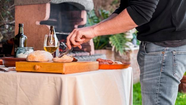 野菜を切って、フォークとナイフで鶏肉を焼く 無料写真