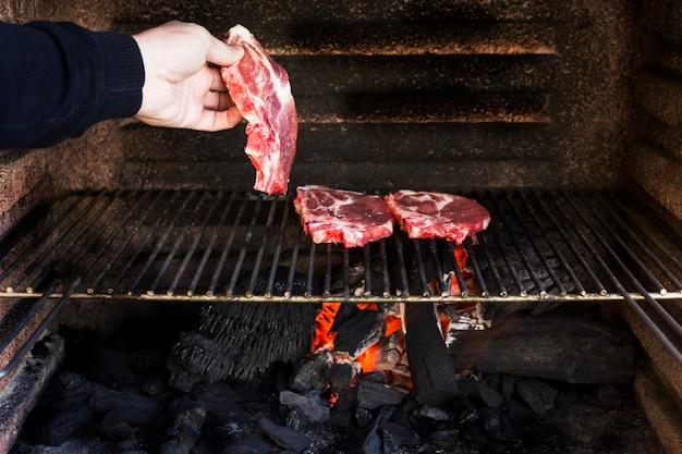 生の牛肉のフィレ焼き金属板バーベキューで 無料写真