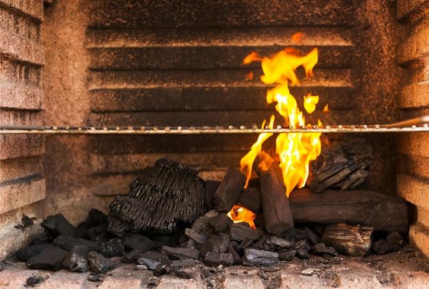 熱い炭の練炭とバーベキューグリルピットのクローズアップ 無料写真