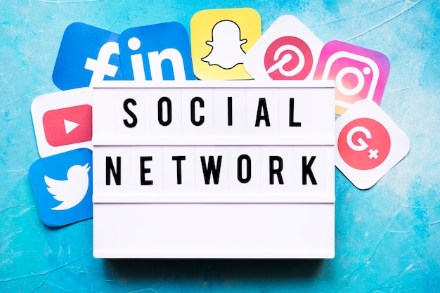 塗装された壁にネットワークアプリケーションのアイコンを含むソーシャルネットワークテキスト 無料写真