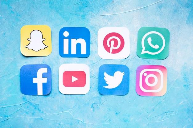 最も人気のあるソーシャルメディアアイコンを横に並べて表示 無料写真