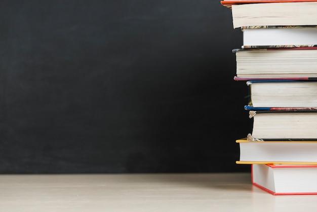 テーブル上の本の山 無料写真