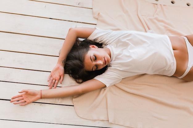 毛布に横たわっている官能的な女性 無料写真