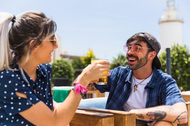 Смеющиеся друзья пьют для встречи Бесплатные Фотографии