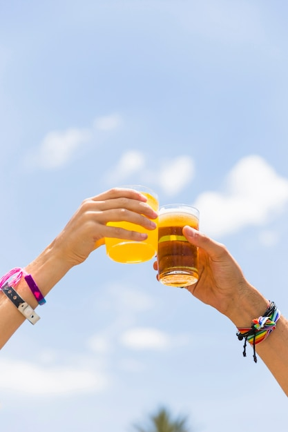 Обрезать руки звонками с напитками Бесплатные Фотографии