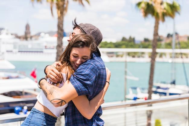 Пара, охватывающей на набережной Бесплатные Фотографии