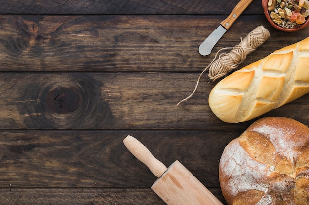 パンのパンの近くにローリングピン 無料写真