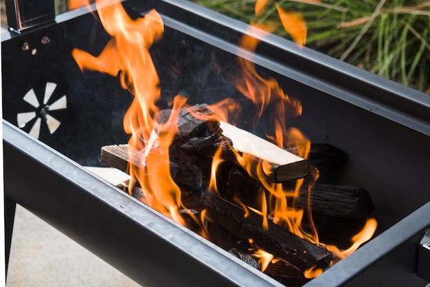 バーベキューグリルで焼く炭 無料写真