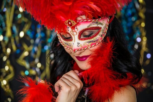 ヴェネツィアのカーニバルを祝うエレガントな女性 無料写真