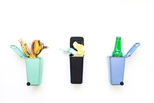 リサイクルのために用意された分別されたごみ 無料写真