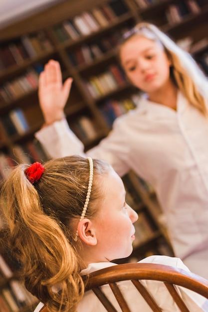 Булли размахивая рукой, чтобы хлопнуть маленькую девочку Бесплатные Фотографии