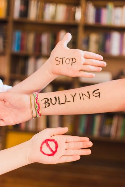 子どもの腕を奪うメッセージを止める 無料写真