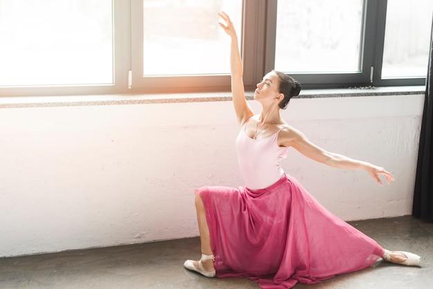 若い、バレエ、ダンサー、窓のそばに 無料写真