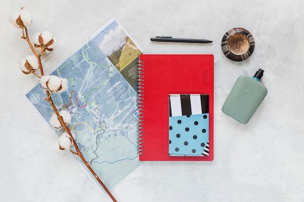 背景の地図、ノート、財布付きコットンの小枝 無料写真