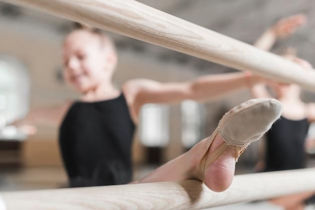 バレリーナの女の子が彼女の足をストレッチする 無料写真