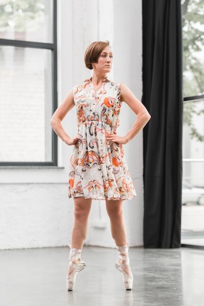 女性、バレリーナ、花、ドレス、立つ、靴 無料写真