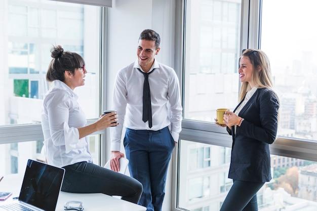 オフィスに立っているビジネスマンのグループ 無料写真