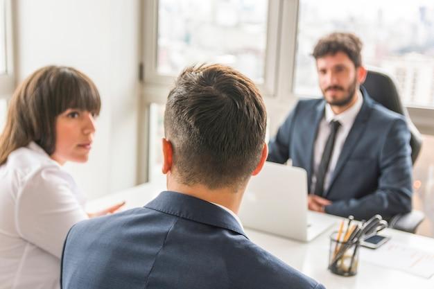 Бизнесмен и предприниматель, сидя перед менеджером на рабочем месте Бесплатные Фотографии