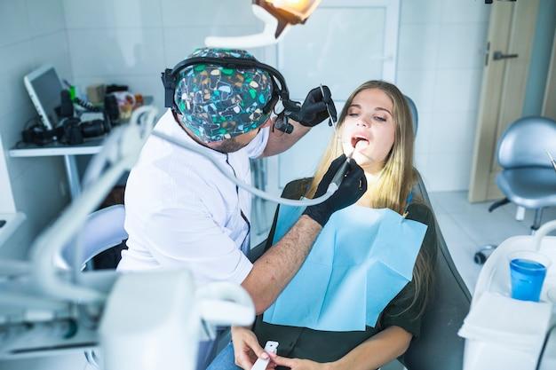 歯科医は女性の患者の歯を治す 無料写真