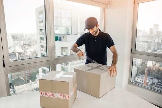 Доставка человек упаковка картонная коробка Бесплатные Фотографии