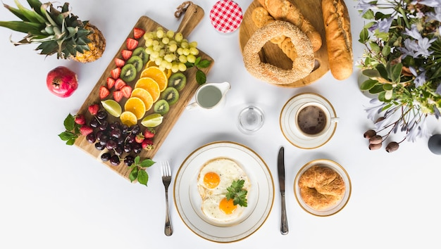 白い背景に朝の健康的な朝食 無料写真