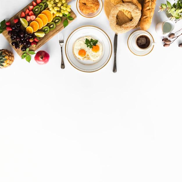 健康的な朝食と白い背景にテキストのためのスペース 無料写真