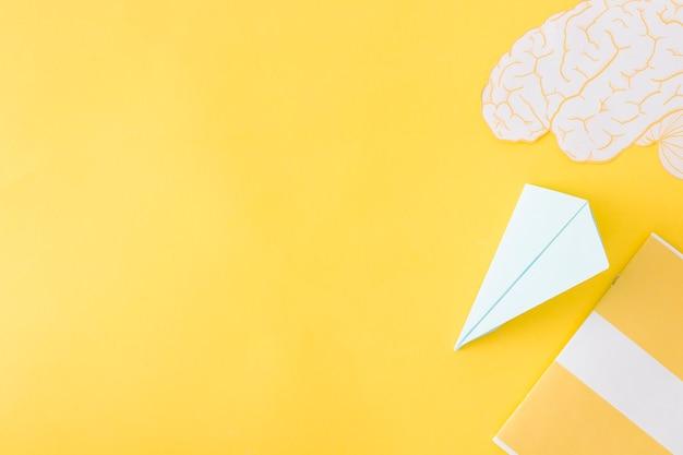 紙の飛行機と脳の日記と黄色 無料写真